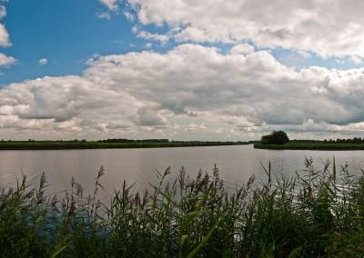 Das Prinzenmoor liegt südlich der B 203 zwischen Wrohm und Breiholz. Hier macht die Eider einen Knick nach Norden. Von rechts kommt der Gieselau Kanal, der die Eider mit dem NOK verbindet.