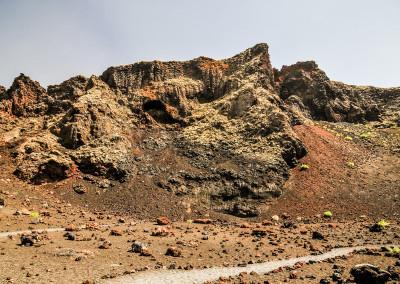Man fühlt sich sehr klein, wenn man zum Kraterrand hinauf schaut.