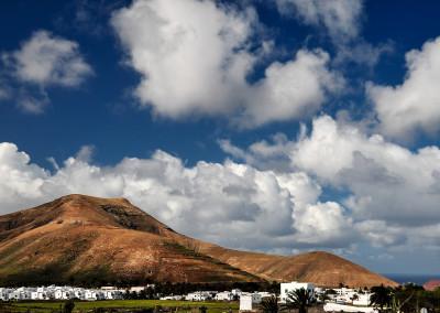 Montaña del Medio (440 m) davor Yaiza.